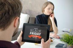 Μαύρη πώληση προώθησης Παρασκευής στην ψηφιακή οθόνη ταμπλετών στοκ φωτογραφία