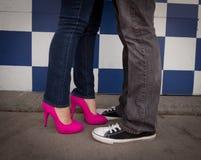 μαύρη ρόδινη γυναίκα ανδρών τακουνιών τσοκ στοκ φωτογραφία με δικαίωμα ελεύθερης χρήσης