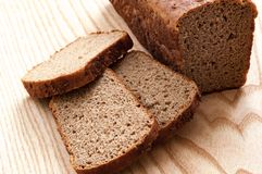 Μαύρη σίκαλη ψωμιού σε μια ξύλινη απομόνωση υποβάθρου στοκ φωτογραφία με δικαίωμα ελεύθερης χρήσης