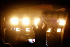 Μαύρη σκιαγραφία του νέου κοριτσιού στη συναυλία βράχου Στοκ Φωτογραφία