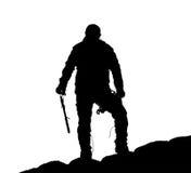 Μαύρη σκιαγραφία του ορειβάτη με το τσεκούρι πάγου υπό εξέταση στοκ φωτογραφία με δικαίωμα ελεύθερης χρήσης