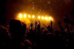 Μαύρη σκιαγραφία των ανθρώπων στη συναυλία βράχου Στοκ εικόνα με δικαίωμα ελεύθερης χρήσης