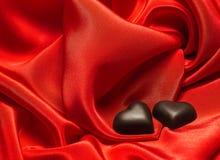 Μαύρη σοκολάτα στο κόκκινο μετάξι Στοκ Φωτογραφία