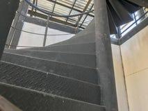 Μαύρη σπειροειδής σκάλα μετάλλων Στοκ φωτογραφία με δικαίωμα ελεύθερης χρήσης