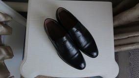 Μαύρη στάση παπουτσιών στο πάτωμα απόθεμα βίντεο