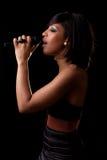 μαύρη συναυλία που εκτελεί τις νεολαίες τραγουδιστών στοκ εικόνες