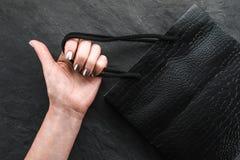 Μαύρη συσκευασία σε ένα θηλυκό χέρι, πώληση φθινοπώρου Στοκ Φωτογραφίες