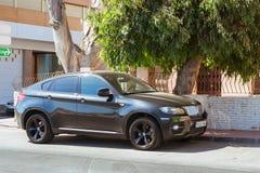 Μαύρη σύγχρονη σειρά της BMW αυτοκινήτων x6 στην ηλιόλουστη οδό, Torrevieja, κοιλάδα Στοκ Εικόνες