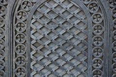 Μαύρη σύσταση χάλυβα του σφυρηλατημένου σχεδίου στην παλαιά πύλη Στοκ Εικόνα