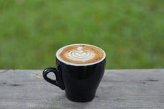 Μαύρη τέχνη φλυτζανιών καφέ latte Στοκ φωτογραφία με δικαίωμα ελεύθερης χρήσης
