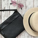 Μαύρη τσάντα σε ένα ξύλινο υπόβαθρο στοκ εικόνες με δικαίωμα ελεύθερης χρήσης