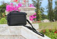 Μαύρη τσάντα στο μαρμάρινο πάτωμα ραμπών στο πάρκο στοκ εικόνα