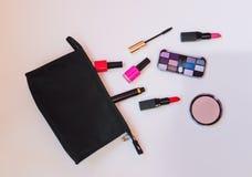 Μαύρη τσάντα makeup με τα καλλυντικά προϊόντα ομορφιάς Στοκ Εικόνες
