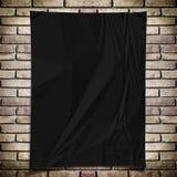 Μαύρη τσαλακωμένη αφίσα ορθογωνίων προτύπων στο τουβλότοιχο grunge Στοκ εικόνα με δικαίωμα ελεύθερης χρήσης