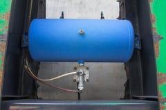 Μαύρη υγροποιημένη αυτοκίνητο δεξαμενή LPG αερίου πετρελαίου με το μετρητή κοντά επάνω Στοκ φωτογραφία με δικαίωμα ελεύθερης χρήσης