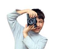 μαύρη φωτογραφική μηχανή αγοριών που φωτογραφίζει slr την κατακόρυφο Στοκ Φωτογραφία