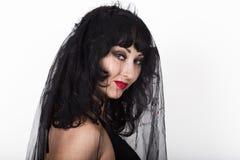 Μαύρη χήρα σε ένα πέπλο, μυστήρια λυπημένη γυναίκα που φορά τη δαντέλλα Στοκ εικόνες με δικαίωμα ελεύθερης χρήσης