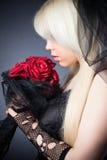 Μαύρη χήρα στη θλίψη με τα λουλούδια με ένα πέπλο Στοκ φωτογραφίες με δικαίωμα ελεύθερης χρήσης