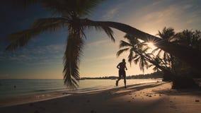 μαύρη όψη ανατολής θάλασσας βουνών kara της Κριμαίας dag Άτομο που τρέχει στην τροπική παραλία Punta Cana νησιών απόθεμα βίντεο