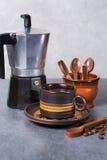 Μαύρη arabica έκχυση καφέ από τον κατασκευαστή καφέ στο φλυτζάνι και ομο Στοκ εικόνες με δικαίωμα ελεύθερης χρήσης