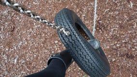Μαύρη welly μπότα σε μια ταλάντευση ελαστικών αυτοκινήτου στοκ εικόνα με δικαίωμα ελεύθερης χρήσης