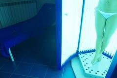 μαύρισμα σολαρήων κοριτσ Στοκ φωτογραφία με δικαίωμα ελεύθερης χρήσης