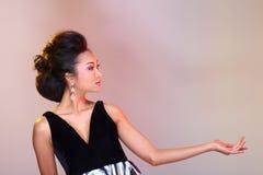 Μαύροι ανοικτοί ώμοι που εξισώνουν το φόρεμα σφαιρών εσθήτων ασιατικό σε όμορφο Στοκ Εικόνα