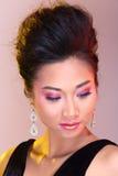 Μαύροι ανοικτοί ώμοι που εξισώνουν το φόρεμα σφαιρών εσθήτων ασιατικό σε όμορφο Στοκ Εικόνες