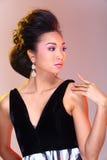 Μαύροι ανοικτοί ώμοι που εξισώνουν το φόρεμα σφαιρών εσθήτων ασιατικό σε όμορφο Στοκ Φωτογραφία
