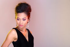 Μαύροι ανοικτοί ώμοι που εξισώνουν το φόρεμα σφαιρών εσθήτων ασιατικό σε όμορφο Στοκ Φωτογραφίες
