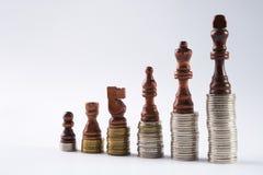 Μαύροι αριθμοί σκακιού που στέκονται στα νομίσματα που σημαίνουν την αύξηση δύναμης και σταδιοδρομίας Στοκ φωτογραφίες με δικαίωμα ελεύθερης χρήσης