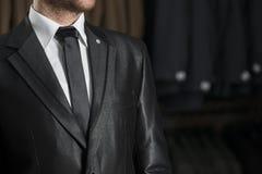 Μαύροι γαμήλιοι κοστούμι και δεσμός Στοκ Φωτογραφία
