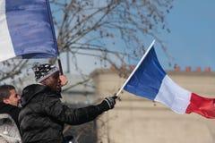 Μαύροι και αραβικοί άνθρωποι που κυματίζουν τη γαλλική σημαία στο Παρίσι Στοκ εικόνες με δικαίωμα ελεύθερης χρήσης
