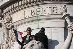 Μαύροι και αραβικοί άνθρωποι στο άγαλμα της δημοκρατίας στο Παρίσι Στοκ Εικόνες