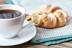 Μαύροι καφές και brioche Στοκ φωτογραφία με δικαίωμα ελεύθερης χρήσης