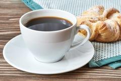 Μαύροι καφές και brioche Στοκ Φωτογραφίες