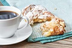 Μαύροι καφές και brioche Στοκ εικόνα με δικαίωμα ελεύθερης χρήσης