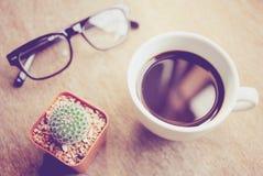 Μαύροι καφές και eyeglasses με τον κάκτο στοκ φωτογραφίες με δικαίωμα ελεύθερης χρήσης