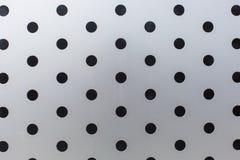 Μαύροι κύκλοι σε ένα υπόβαθρο σύστασης σχεδίων επιφάνειας μετάλλων στοκ εικόνα με δικαίωμα ελεύθερης χρήσης