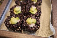 Μαύροι ρόλοι ρυζιού με το αβοκάντο και τις γαρίδες Στοκ Εικόνες