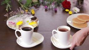 Μαύροι τσάι και καφές στις κούπες πίνακας με ένα ποτό και ένα επιδόρπιο επάνω από την όψη απόθεμα βίντεο