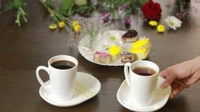 Μαύροι τσάι και καφές στις κούπες πίνακας με ένα ποτό και ένα επιδόρπιο βαλεντίνος ημέρας s απόθεμα βίντεο
