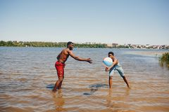 Μαύροι τύποι σε ένα θερινό πάρκο στοκ εικόνες με δικαίωμα ελεύθερης χρήσης