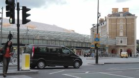 Μαύροι taxis και κάτοχοι διαρκούς εισιτήριου στο διαγώνιο σταθμό βασιλιάδων απόθεμα βίντεο