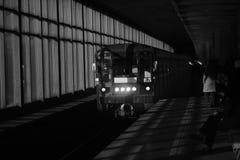 Μαύρος-άσπρη φωτογραφία του σταθμού μετρό με το τραίνο Στοκ Φωτογραφία