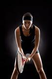 Μαύρος έτοιμος γυναικών αντισφαίρισης να παίξει τη ρακέτα Στοκ εικόνες με δικαίωμα ελεύθερης χρήσης