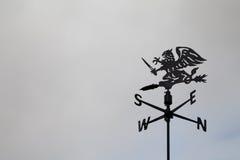 Μαύρος ανεμοδείκτης δράκων ενάντια στον ουρανό Καιρικό vane Σημεία πυξίδων Mah jong Στοκ Εικόνα