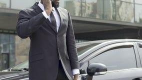 Μαύρος αξιωματούχος ασφαλείας που λαμβάνει τις σημαντικές οδηγίες από το προϊστάμενο τηλεφωνικώς φιλμ μικρού μήκους
