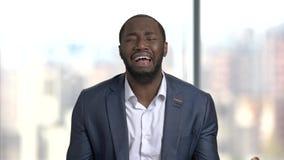 Μαύρος απελπισμένος επιχειρηματίας στο θολωμένο υπόβαθρο απόθεμα βίντεο