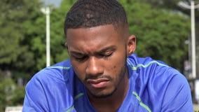 Μαύρος αρσενικός αθλητής που κουράζεται και μάταιος απόθεμα βίντεο